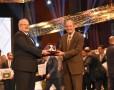 رئيس جامعة القاهرة يكرم أبو العلا السلاموني ويمنحه درع الجامعة