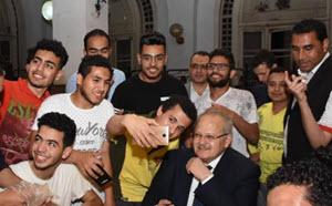 رئيس جامعة القاهرة يشارك طلاب المدينة الجامعية إفطار رمضان