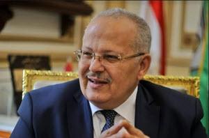 رئيس جامعة القاهرة يكافئ أخصائية تمريض منعته من دخول وحدة قسطرة القلب دون إرتداء ملابس التعقيم